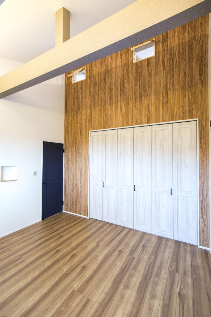 天井が高く広々とした空間の洋室