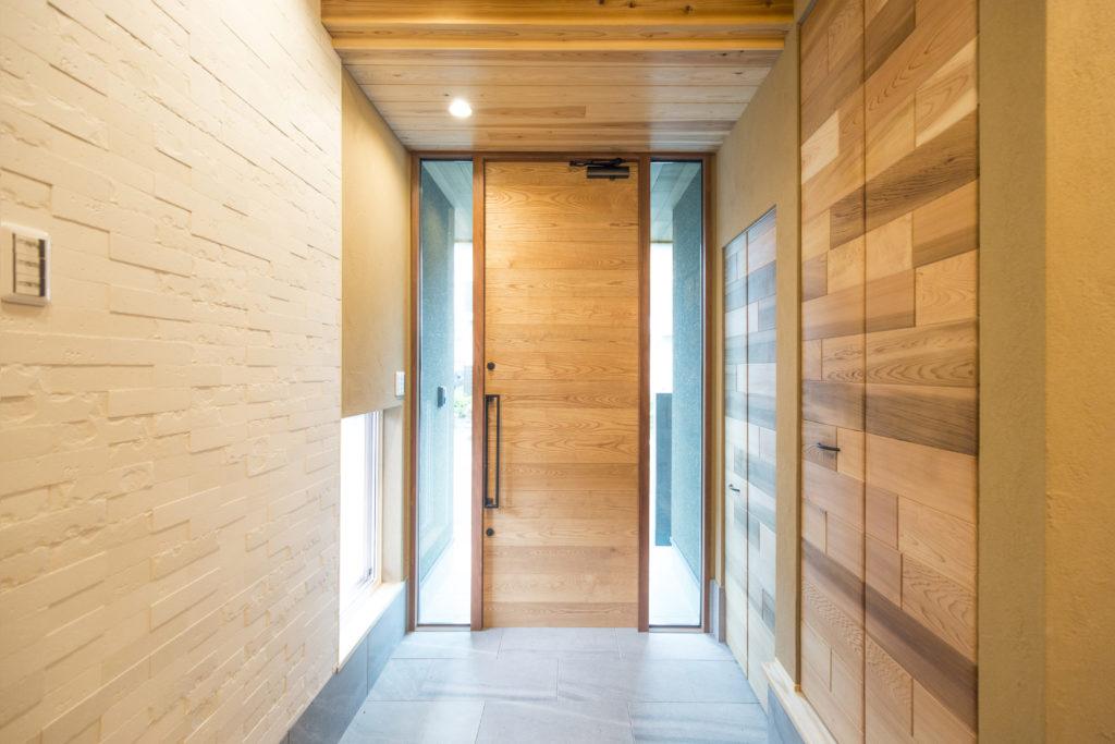 木のぬくもり溢れる玄関